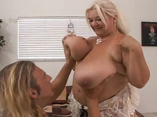 Blonde mature Linda gives blowjob