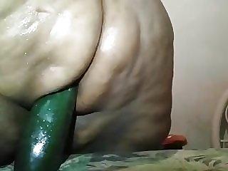 gorda sentando no pepino